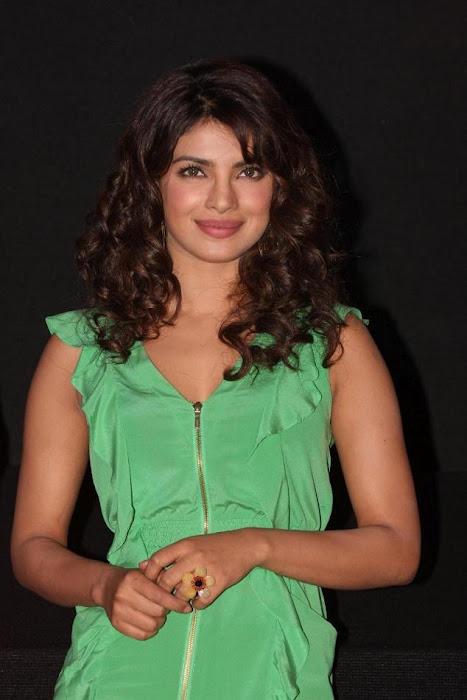 """priyanka chopra, ileana at """"barfi"""" trailer launch"""