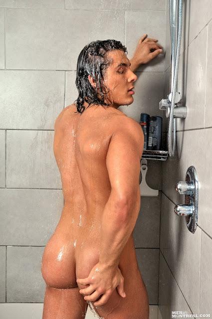 голый парень моется фото