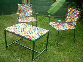 Sillas y mesa realizadas con tapitas de plastico