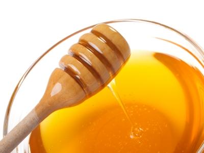 Mặc dù mật ong là thực phẩm tự nhiên với nhiều lợi ích sức khoẻ thì bạn cũng nên tránh cho bé dưới 1 tuổi dùng mật ong.