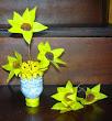 Vas bunga botol Aqua & bunga marygold plastik keresek