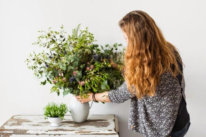 Arreglo floral con flores y peltre
