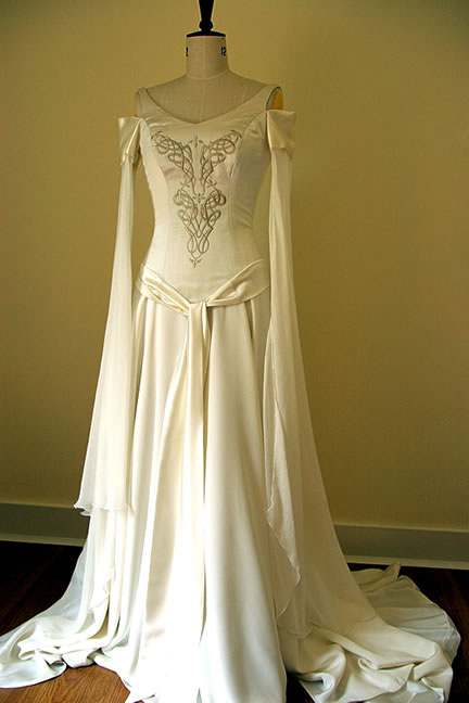Blue eyed beauty blog things i heart white medieval for Medieval inspired wedding dresses
