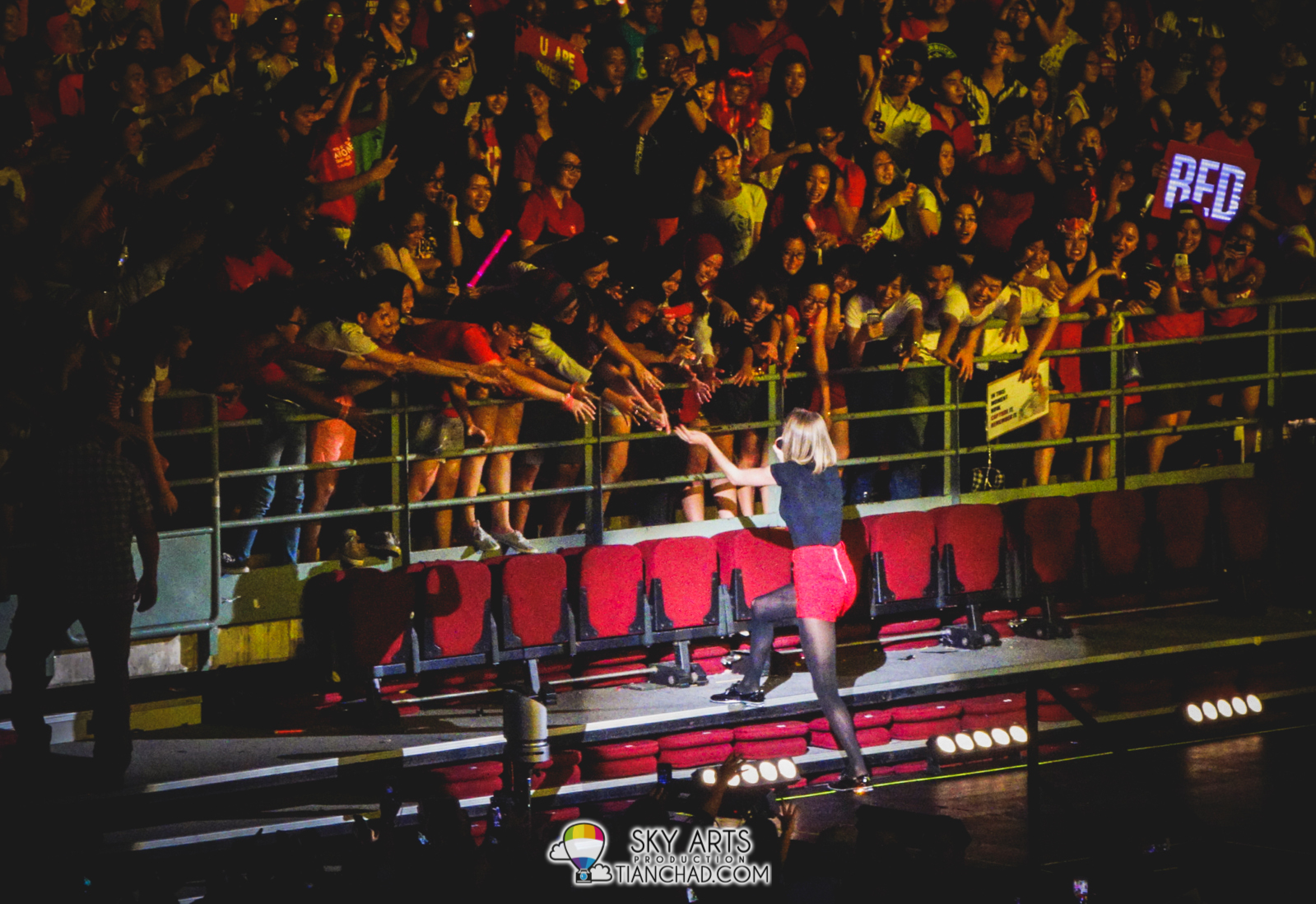 The lucky one who shook hands with Taylor Swift =)