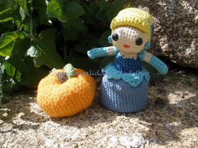 Cenicienta hecha a crochet con una calabaza también hecha a crochet