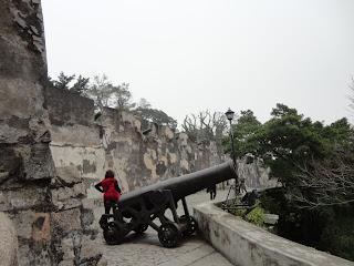 Pasillo con cañones en la fortaleza del monte de Macao