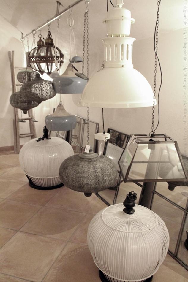 diverse Lampen hängen von der Decke im Bondian Living auf Mallorca