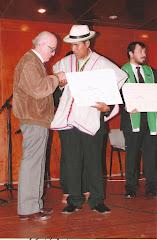 Entrego a mi ex alumno Daniel Moscoso Mamani su título profesional. Noviembre 2012.