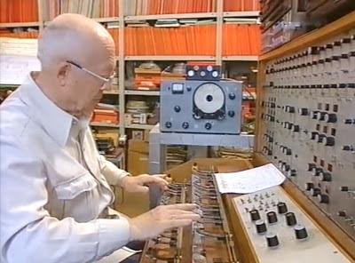 Oskar Sala interpretando con el Mixturtrautonium en su estudio berlinés con el 'frequency shifter' al fondo de la imagen.