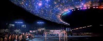 Escena de Encuentros en la Tercera fase donde la nave nodriza esta aterrizando en la torre del diablo y están todos mirandola.