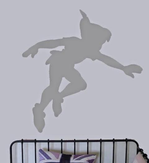 Decorar las paredes con la silueta de Peter Pan.