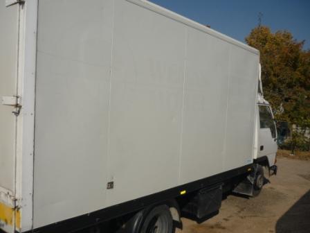 Транспорт с мебелен фургон тапициран от вътре - за сигурен превоз на вашите мебели.