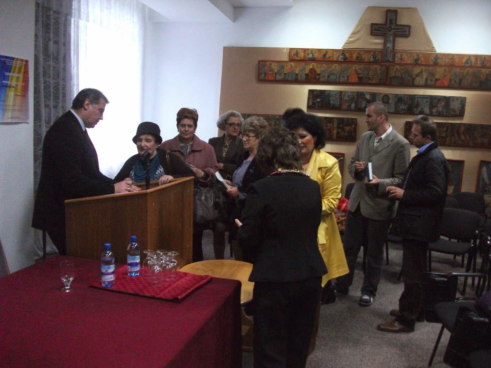 Prof. Univ. Dr. Adrian Cioroianu, sesiune de autografe - Durău,16.05.2014..