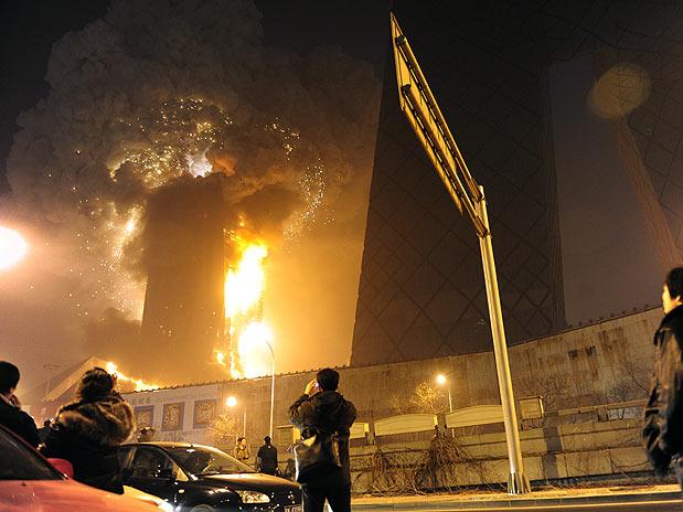 Prédio explodindo, explosão em edificio, torre em chamas