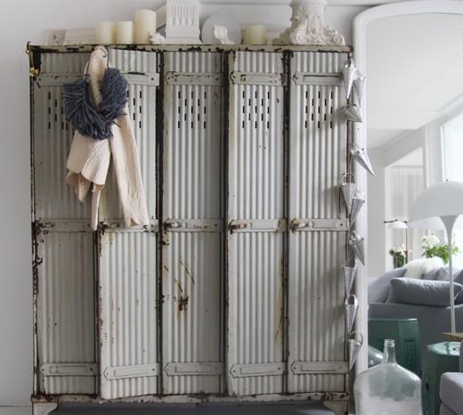 armario vintage de estilo industrial en metal oxidado, decorar dormitorio en tonos neutro y grises