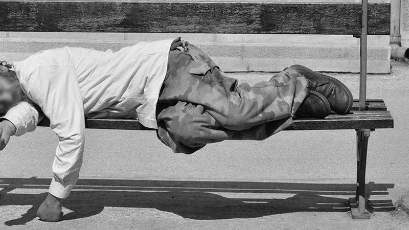 No más agresiones a personas sin hogar: incluyan la aporofobia en el Código Penal