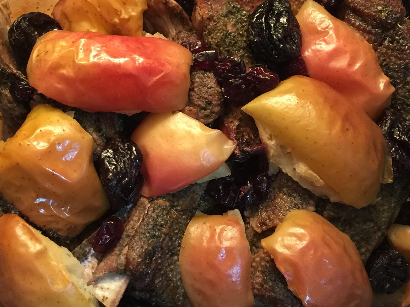 Ganso asado con manzanas, ciruelas y frutos rojos