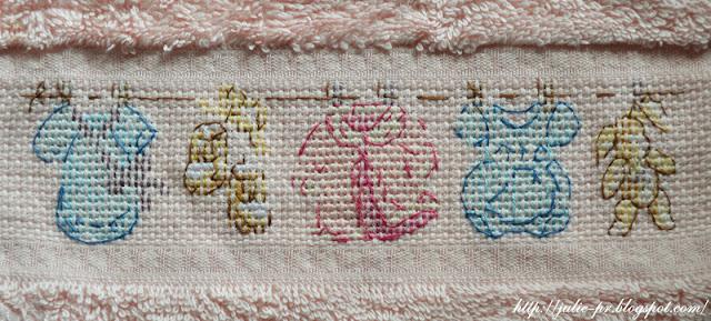 La grande histoire de Bebe, Большая детская история, Les brodeuses parisiennes, Парижские вышивальщицы, вышивка крестом, слюнячик с вышивкой
