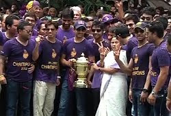 KKR team with Mamata Banerjee after winning IPL