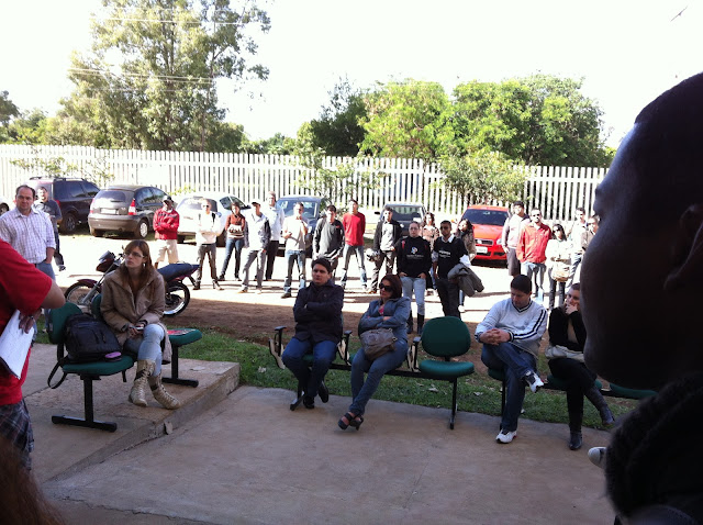 Professores e TAs reuinidos na frente da Unipampa