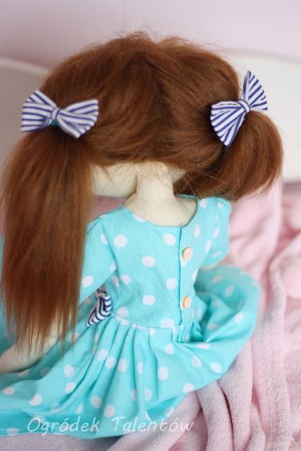 lalka w sukience w groszki
