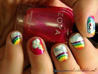 unhas decoradas com arco-iris e nuvens