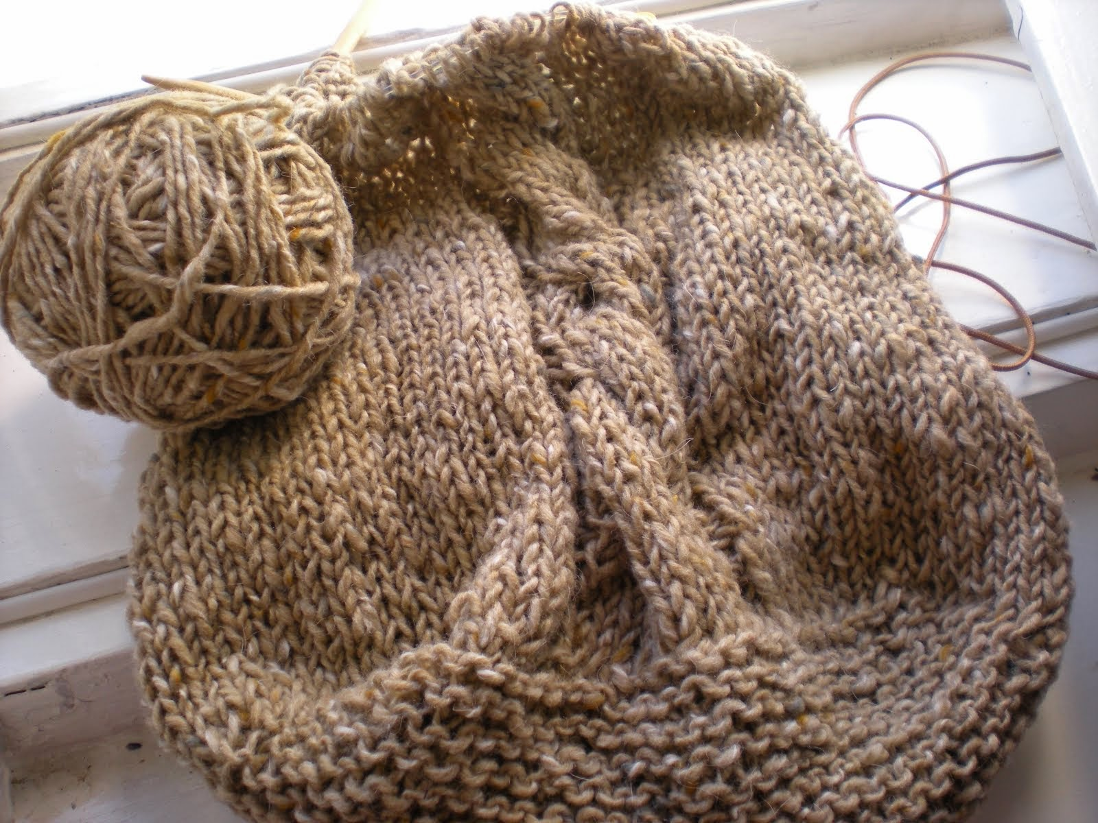 on the needles: Irish yarn Basic Bag with cable