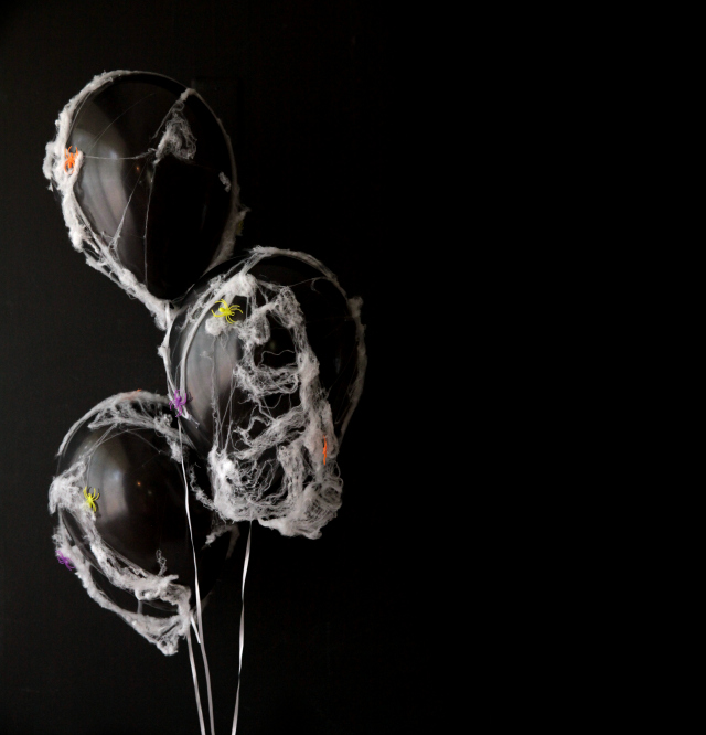 Spooky DIY spider web balloons || Design Improvised blog