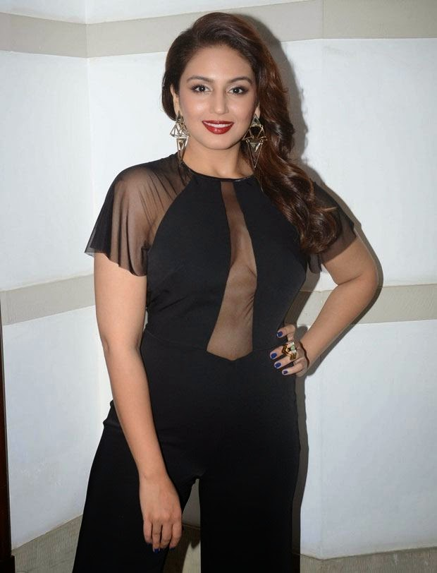 huma qureshi hot cleavage hd pics