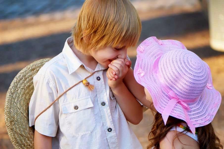 Gambar lucu bayi-bayi berciuman