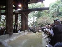 撞木に結ばれた子綱を僧侶16人が一斉に引き、親綱1人を持った。