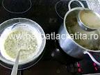 Preparare reteta - punem dressingul de smantana si ou in ciorba de salata verde