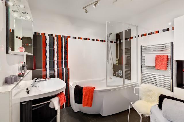 Дизайн маленькой ванной комнаты с ванной и другой сантехникой из коллекции Ravak Rosa