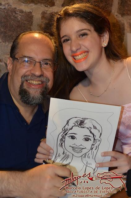 Caricaturista Marcelo Lopes de Lopes na festa com caricaturas ao vivo.