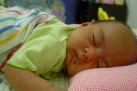 bayi laki-laki lucu tidur tengkurap