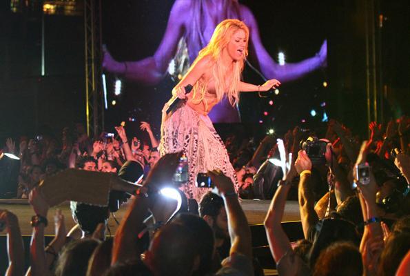 Galería » Apariciones, candids, conciertos... - Página 2 Shakira+roni+%252812%2529_634420906969609680_PhotoGalleryMain