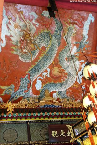 Dragón pintado en el techo del monasterio Po Lin