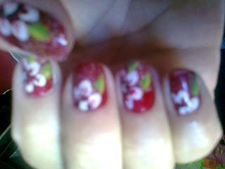 Unhas decoradas: Vermelha com flores brancas