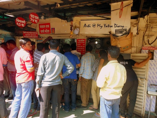 People crowd the famous Garden vada pav jaunt in Pune camp, Maharashtra