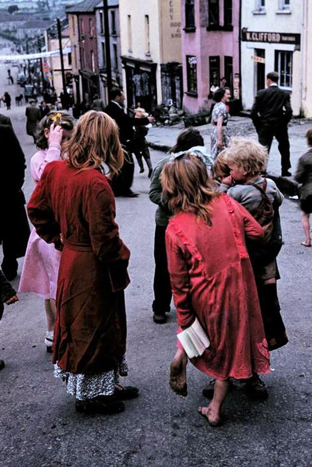 Дети босиком на улице в Ирландии.