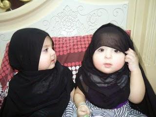 Foto Bayi Muslim Lucu Cantik Kembar Anak Perempuan Berhijab