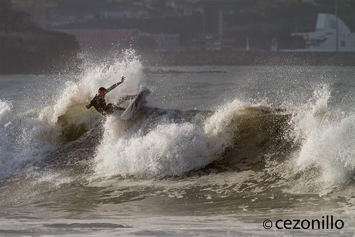 Héctor Menendez surfeando en el Ricks