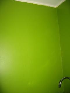 стены на кухне, второй слой зеленой краски, стена напротив окна