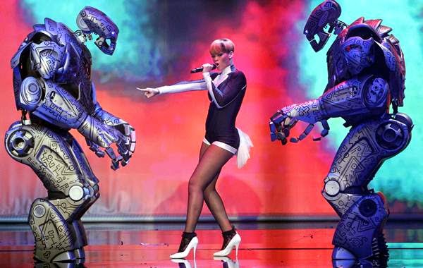 rihanna dan robot titan