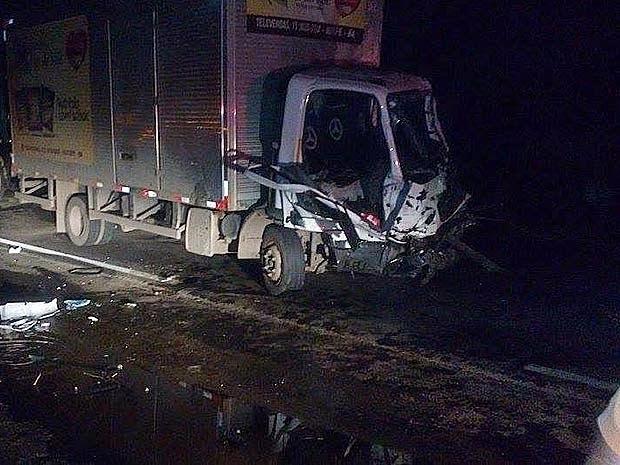 Caminhão onde o ex-vereador estava ficou destruído. (Foto: Marcus Augusto/ Site Voz da Bahia)