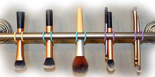 colgador casero para secar y organizar tus brochas de maquillaje