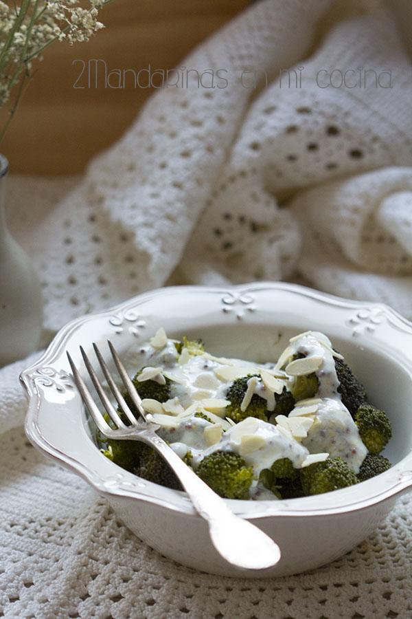 Brócoli al vapor con salsa de yogur 0% y mostaza a la antigua