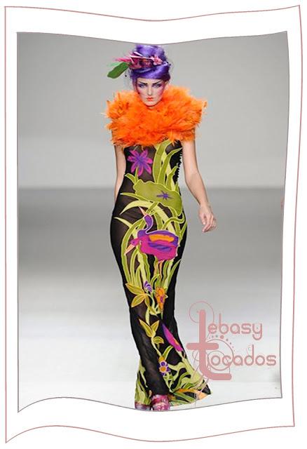 Tocado flor grande a juego con el vestido de Elisa Palomino en la MBFWM