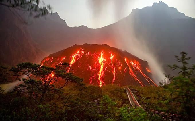 Gunung Kelud Di Indonesia Meletup