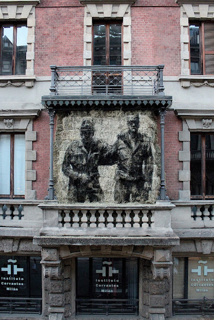 After a great collaboration with Edoardo Tresoldi, Borondo is still in Milan, Italy where he was invited by Wunderkammern to work on a new haystack installation for the Chained exhibition.